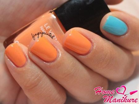 стильный оранжево-голубой двухцветный маникюр