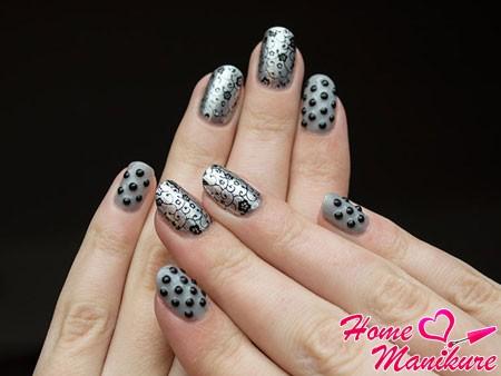 стильный серый маникюр с красивым декором