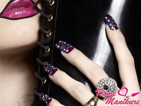 темно-серый корсет на бордовых ногтях