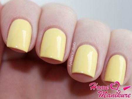 теплый желтый оттенок ногтей