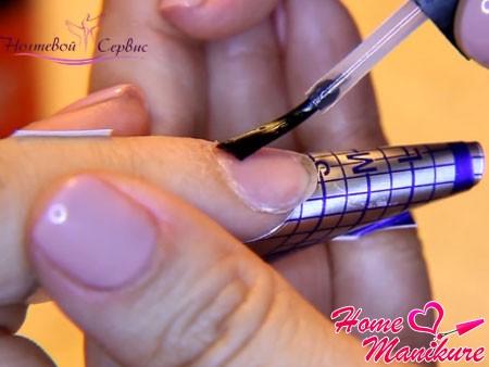 установка формы на пальце и нанесение праймера