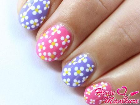 весенний дизайн ногтей с аккуратными цветочками