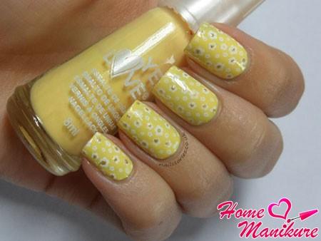 весенний желтый нейл-арт с цветочками