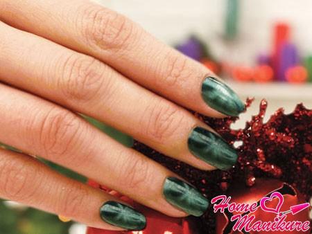 зеленый магнитный нейл-арт на Новый год