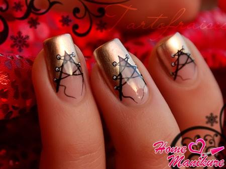 золотой корсет на ногтях с черной шнуровкой