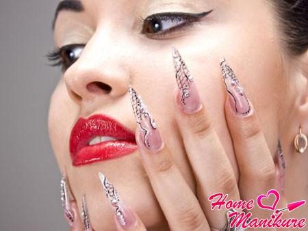 акриловые острые ногти на руках красивой женщины