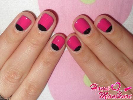 черно-розовый лунный маникюр на скругленных ногтях