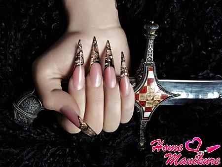 экстравагантный френч на ногтях стилет-сворд