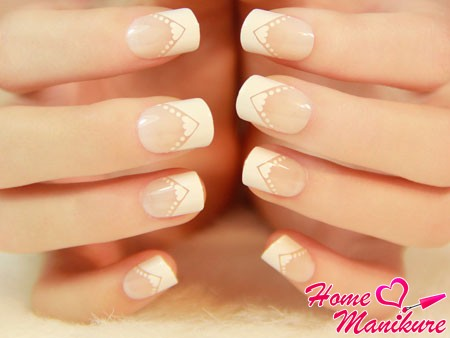 френч маникюр на квадратно-овальных ногтях