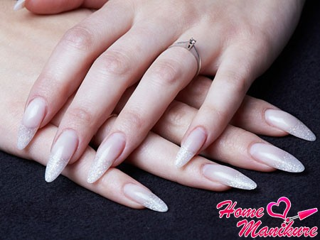 гелевые ногти на руках девушки