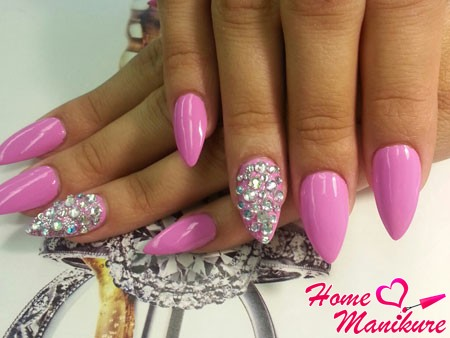almond-shaped nails glamorous design