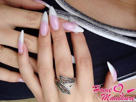 изящный нарощенный гелем френч на ногтях