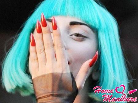 красные стилеты на руках Леди Гаги