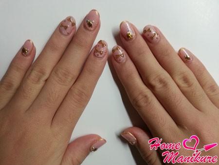 круглые ногти с аккуратным декором