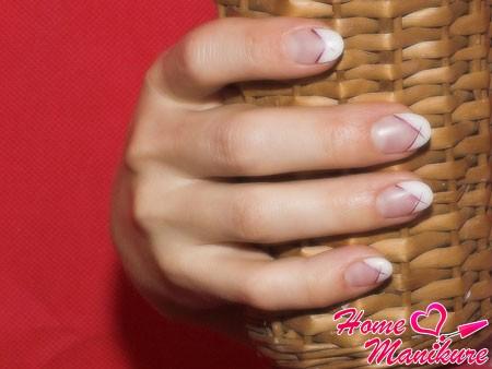 круглые ногти с классическим френчем