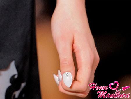 лунный дизайн ногтей из страз в форме треугольника