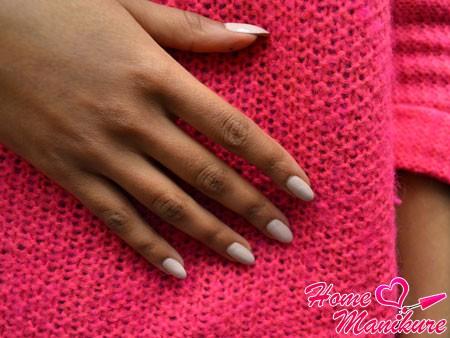 миндалевидные ногти на руках девушки