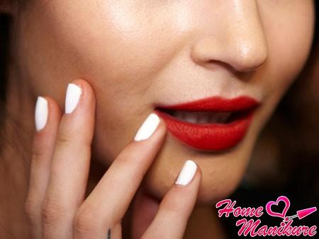 модный белый дизайн ногтей на лето 2014