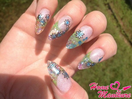 Naroscheny almond shaped nails