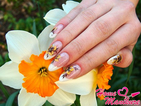 нежный цветочный рисунок на акриловых ногтях