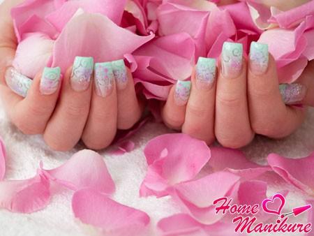 нежный дизайн нарощенных акриловых ногтей