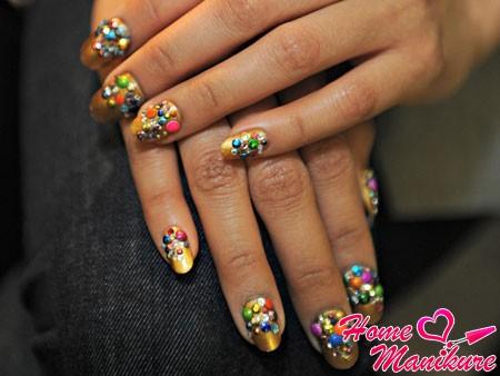 объемный декор на ногтях в стиле конфети