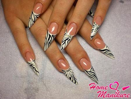 принт зебры на ногтях стилетах