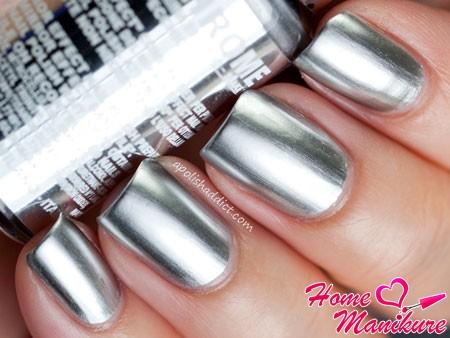серебряный маникюр с зеркальным эффектом