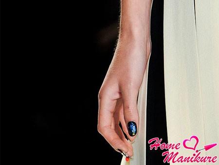 современный дизайн ногтей на модном показе