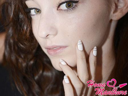 стильные белые ногти с бежевыми полосками