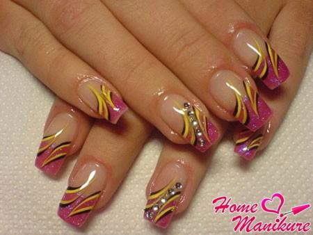 стильный дизайн акриловых ногтей со стразами