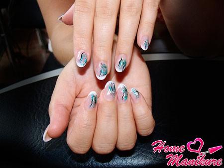 стильный френч с рисунком на круглых ногтях
