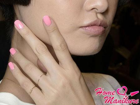 стильный монотонный маникюр в розовом цвете