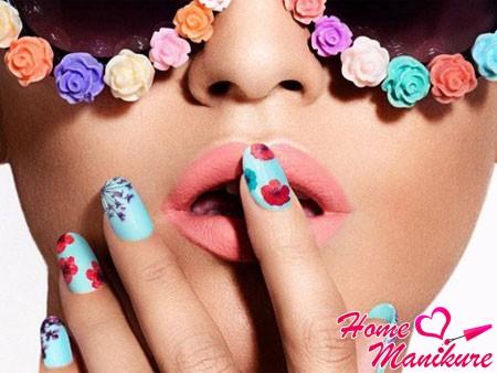 воздушный летний маникюр с цветами
