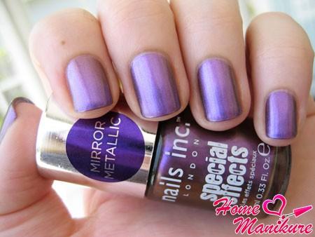 зеркальный лак для ногтей фиолетового цвета