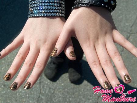 змеиный нейл-арт на руках девушки