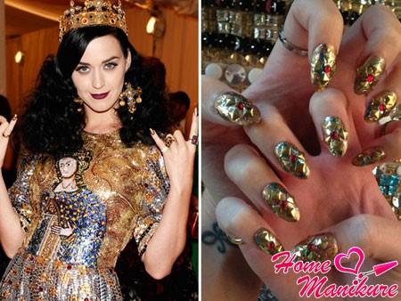 золотой дизайн ногтей Кэти Перри