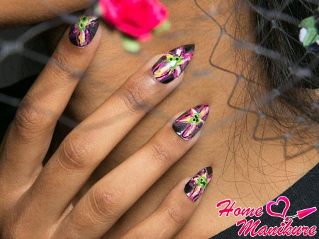 цветочная абстракция на миндалевидных ногтях