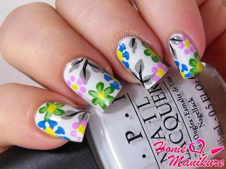 цветочные акварельные рисунки на белых ногтях