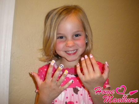 девочка с детскими накладными ногтями