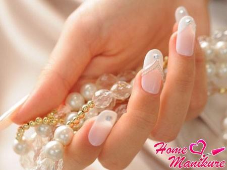 гелевые ногти невесты с жемчужными стразами