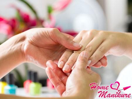 использование масла для кутикулы и массаж пальцев