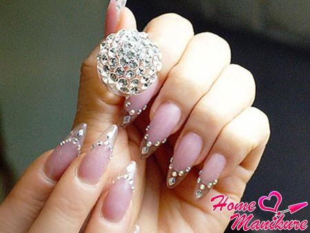 красивый дизайн нарощенных ногтей со стразами