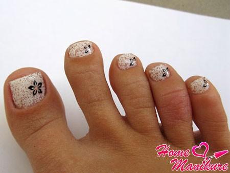 наращивание гелевых ногтей на ногах со стикерами