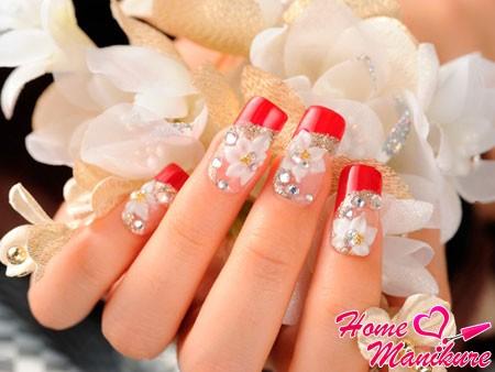 нарощенные ногти с блестящим декором и лепкой