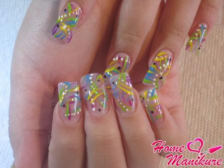 нарощенные ногти с разноцветной абстракцией
