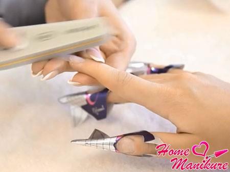 обезжиривание и шлифовка поверхности нарощенного ногтя