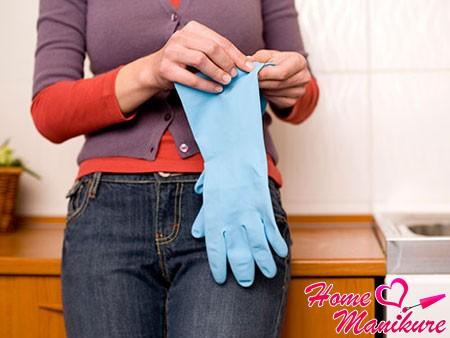 резиновые перчатки для защиты ослабленных ногтей