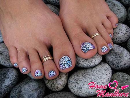 стильный дизайн нарощенных на ногах ногтей
