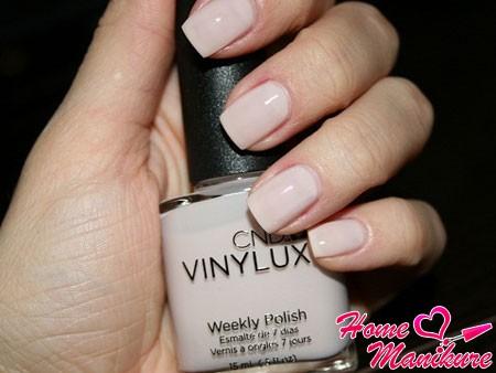 элегантный молочный маникюр лаком Vinylux
